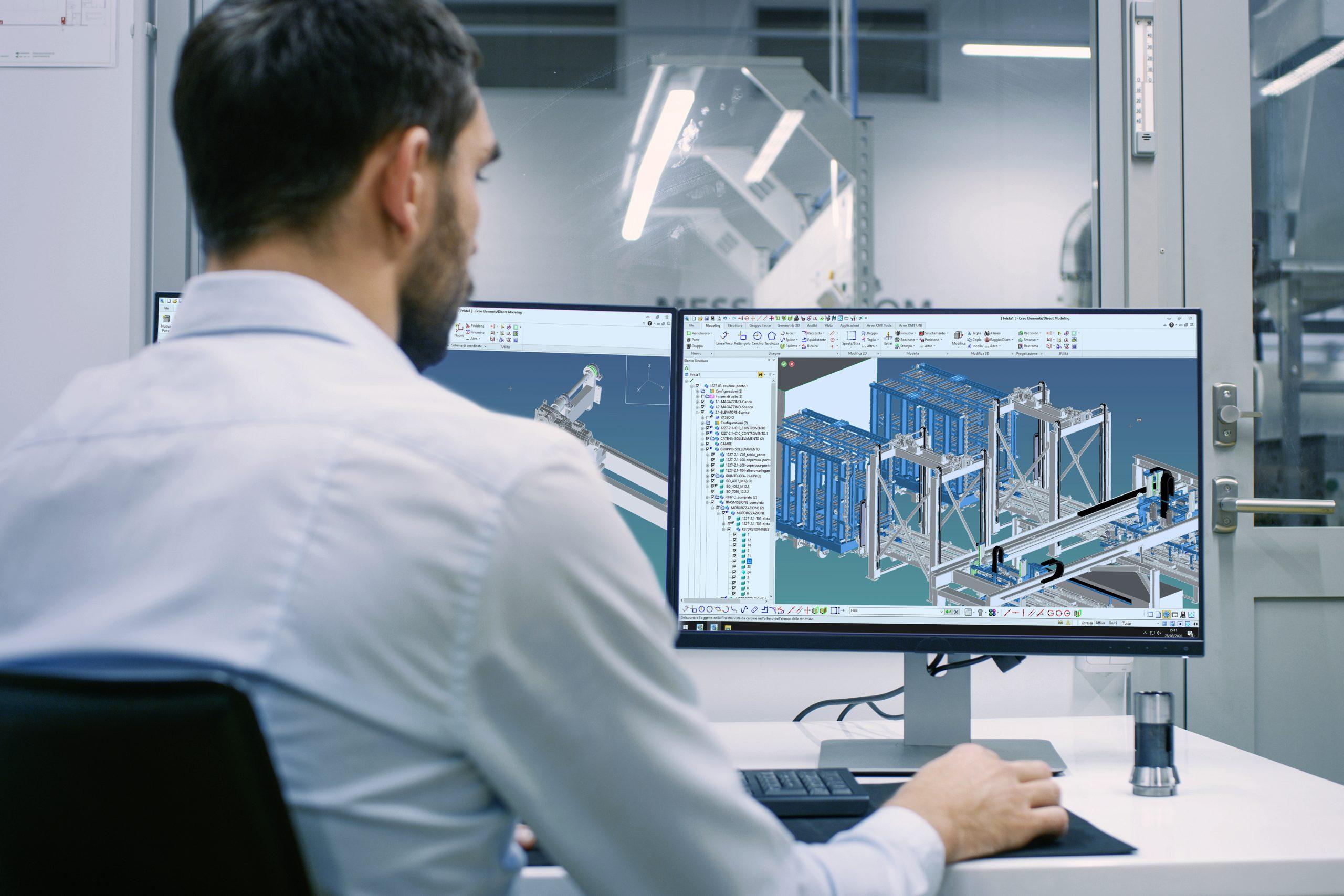 Disegnatore che progetta al computer